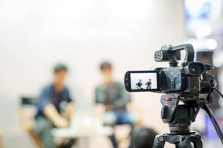 かっこいいインタビュー動画を制作するコツと事例をご紹介